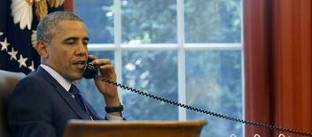 El presidente de Estados Unidos, Barack Obama, hablando por teléfono desde la oficina oval de la Casa Blanca en Washington, jun 2, 2014. El presidente de Estados Unidos, Barack Obama, creó el lunes un grupo compuesto por varias agencias para manejar el creciente ingreso ilegal de niños hacia el país, sin la compañía de sus padres u otros familiares. REUTERS/Larry Downing