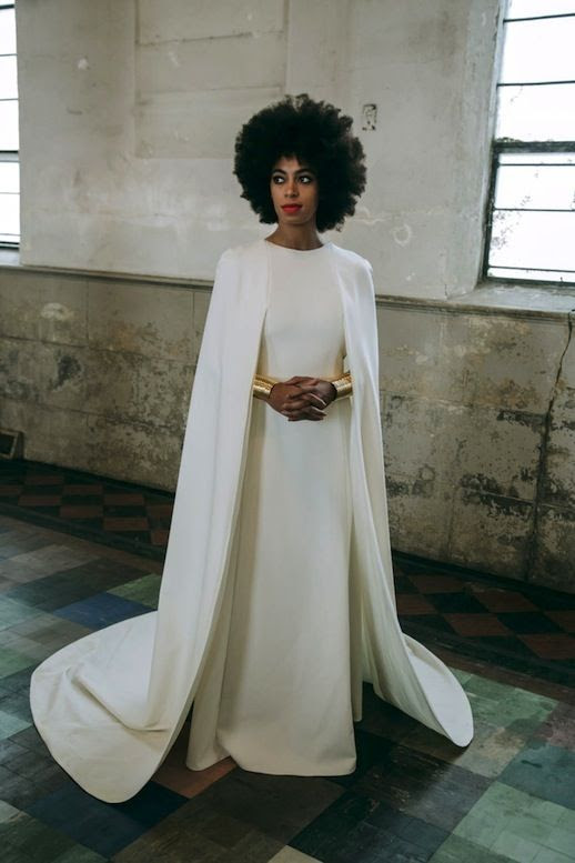 Solange Knowels ist moderst Hochzeit Kleid mit einem Umhang an den Schultern befestigt