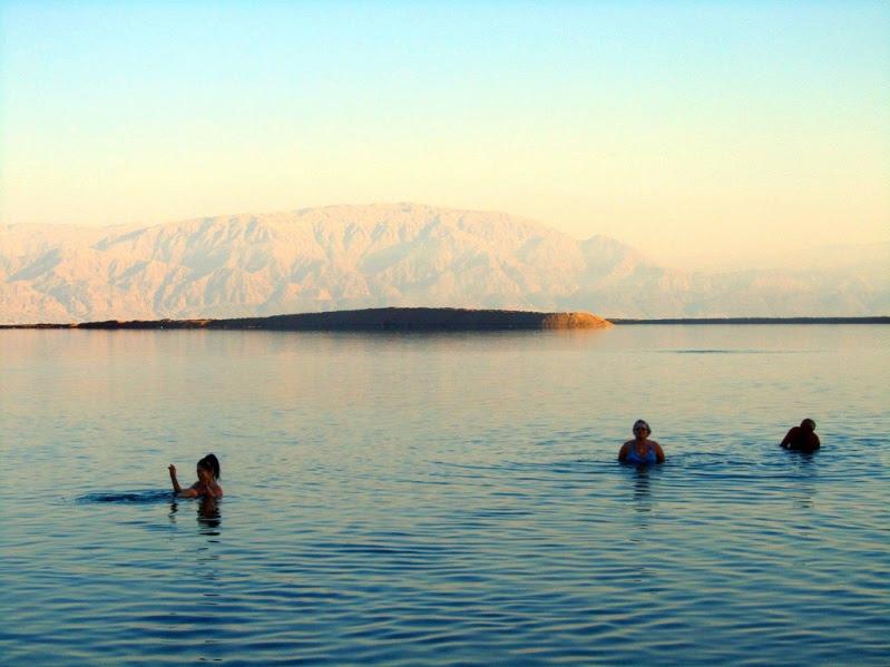 Купание в Мертвом море в Израиле. Фото