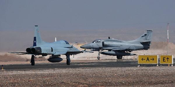 """F-5 """"Tiger FACh III 'de la cabina con la A-4 de la FAA"""
