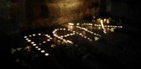 Os franceses acenderam velas pelas vítimas formando a palavra