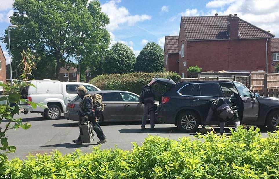 Especialistas em explosivos foram levados para uma rua residencial tranquila, onde se acredita que o homem-bomba tenha vivido