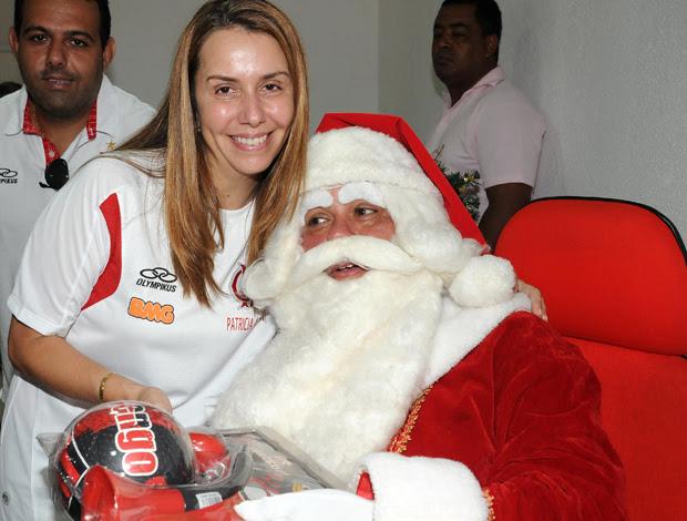 Patricia Amorim com Papai Noel no Flamengo (Foto: Alexandre Vidal/Fla Imagem)