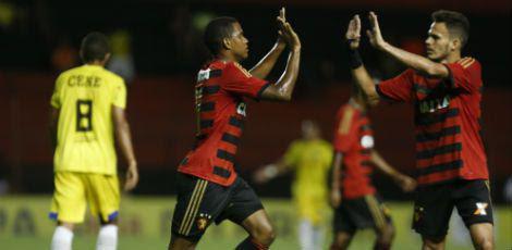 Rithely (E) marcou o primeiro gol da vitória rubro-negra na Ilha do Retiro / Alexandre Gondim/JC Imagem