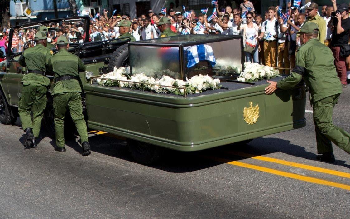 Jipe que levava urna com as cinzas de Fidel Castro quebrou no meio de funeral e teve que ser empurrado por soldados