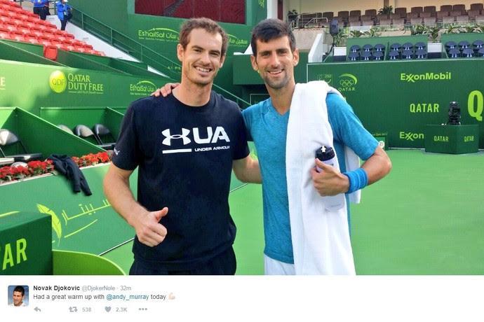 Andy Murray e Novak Djokovic depois de aquecimento no ATP de Doha - twitter Djokovic (Foto: Reprodução)