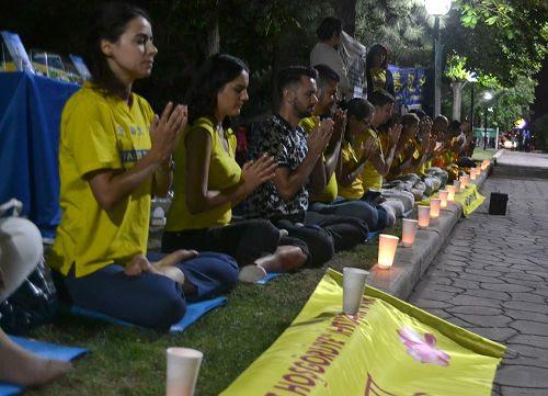 '图3~4:学员们举办烛光夜悼,悼念被中共迫害致死的法轮功学员'