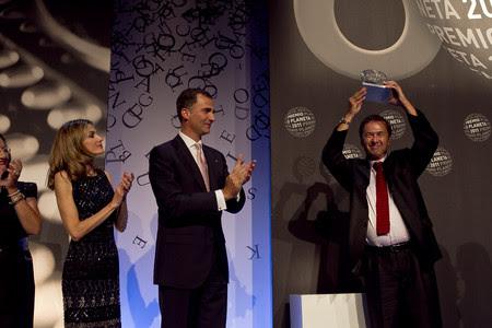 Javier Moro, tras recibir el galardón que le acredita como ganador del Planeta, ante la presencia de los Príncipes.