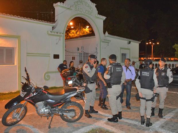 Vigilantes de cemitério na Zona Oeste de João Pessoa tiveram as aramas roubadas e foram baleados por assaltantes (Foto: Walter Paparazzo/G1)