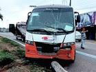 Micro-ônibus bate e derruba poste (Divulgação / Manaustrans)