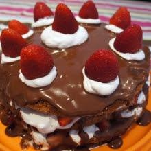 Bolo de Chocolate com Morango (montado em camadas)