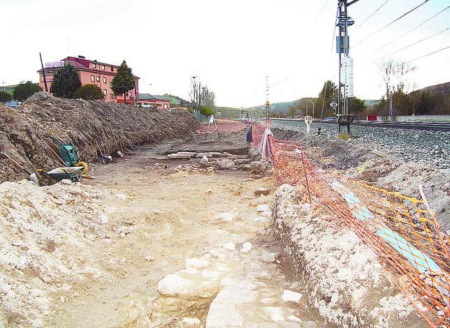 El yacimiento se localiza entre la vía férrea y la N-I, por la salida norte. M.J.F.
