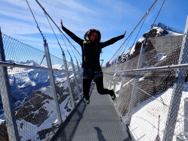 Nos Alpes, vendo neve pela primeira vez; ela foi convidada por seus anfitriões para ir a uma estação de esqui (Foto: Aline Campbell/Arquivo pessoal)