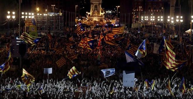 Vista general de los asistentes al acto unitario del independentismo a dos días del 1-O, esta noche en Montjuic, Barcelona./EFE