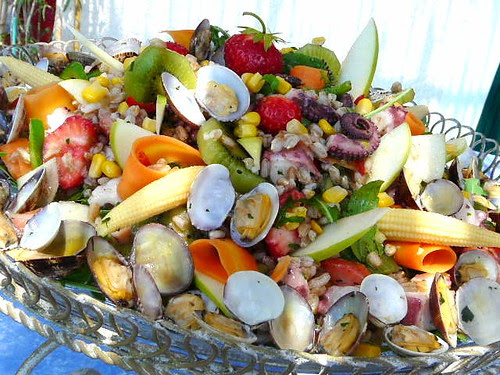 Insalata di farro e polpo con frutta e verdure marinate