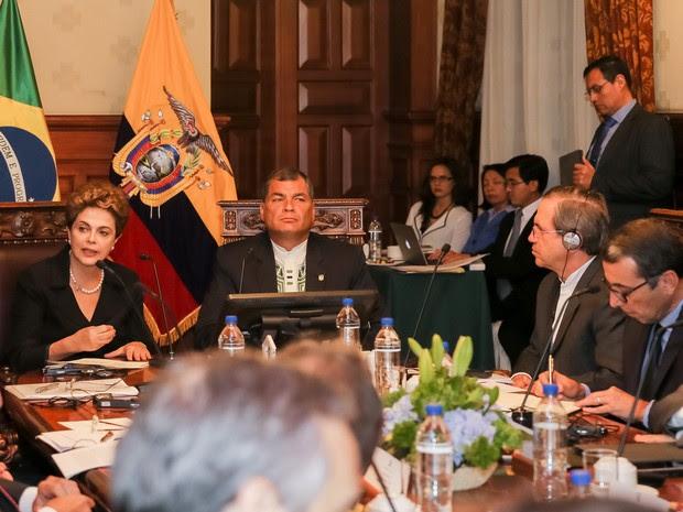 Dilma Rousseff ao lado do presidente do Equador, Rafael Correa, em reunião no palácio presidencial equatoriano (Foto: Roberto Stuckert Filho/PR)