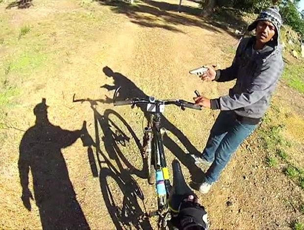 Ciclista filmou o exato momento em que foi assaltado numa cidade da África do Sul (Foto: BBC)