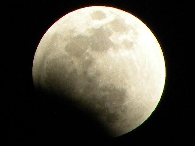 Por volta das 22h, Lua começou a ser encoberta pela sombra da Terra (Foto: Maurício Araya / G1)