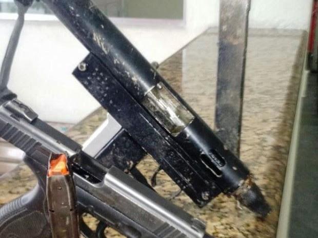 Armas foram encontradas com foragido da Justiça (Foto: Divulgação/Polícia Militar)