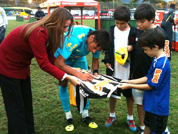 Patrícia Amorim com Neymar durante o treino da Seleção na Gávea (Foto: Felippe Costa / Globoesporte.com)