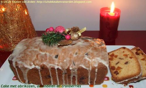 Cake met abrikozen, amandelen en cranberries