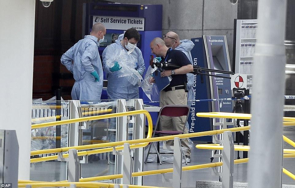 Dezenas de especialistas da polícia estavam trabalhando no local hoje enquanto recuperam fragmentos da bomba usada no ataque