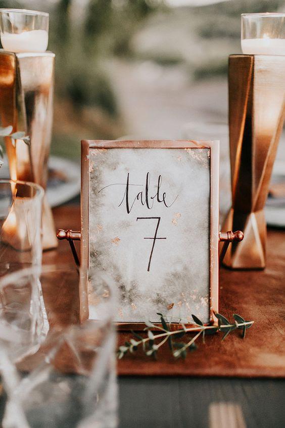 eine Kupfer-Rahmen für eine Tabelle, die Anzahl ist eine gute Wahl für jede Art von Hochzeit
