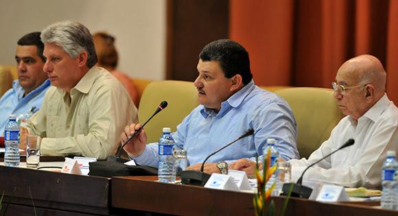 Al centro, Rafael Santiesteban Pozo, reelecto como presidente de la ANAP. Foto: Ladyrene Pérez/ Cubadebate.