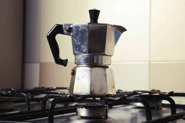 Efectivamente, tal y como sospechabas una cafetera italiana (o moka) es el cacharro que aparece en la imagen.