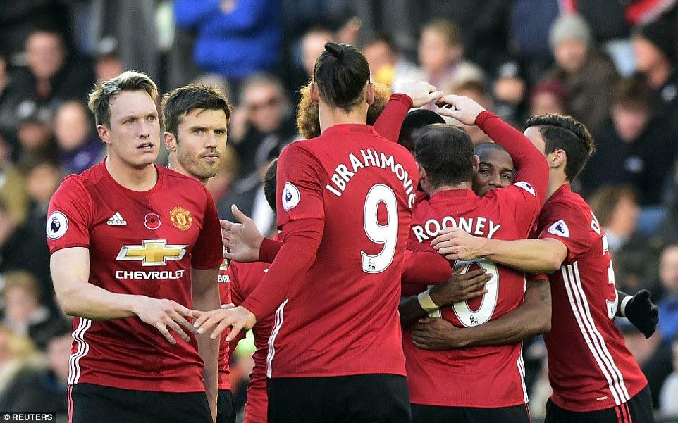 Pogba está rodeado por sus compañeros de equipo como de la talla de Jones y Michael Carrick unirse a las celebraciones