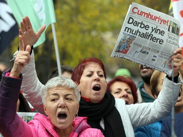 """Manifestantes protestam contra a prisão de jornalistas do jornal de oposição """"Cumhuriyet"""" na Turquia  (Foto: Adem Altan/AFP)"""