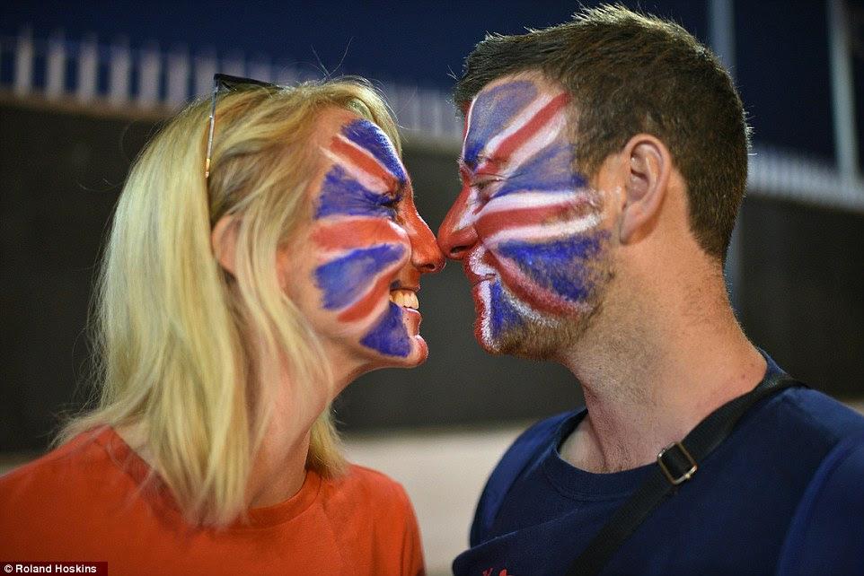 Kirsty e Matt Hardman, de Fakenham, Norfolk, no Reino Unido, que estão comemorando seu primeiro aniversário de casamento na abertura dos Jogos Olímpicos Rio 2016