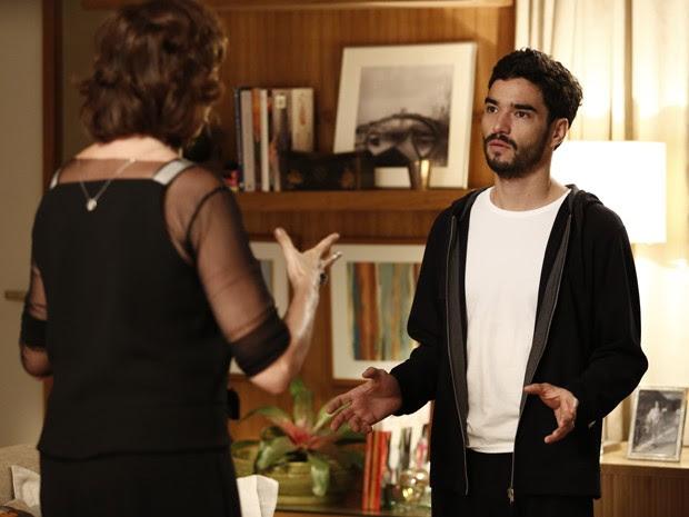 'Que ingenuidade a sua! Nem parece meu filho!', diz Marta ao filho (Foto: Fábio Rocha/ Gshow)