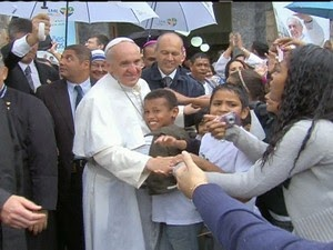 No 4º dia, Papa visita favela, critica corrupção e pede mais solidariedade