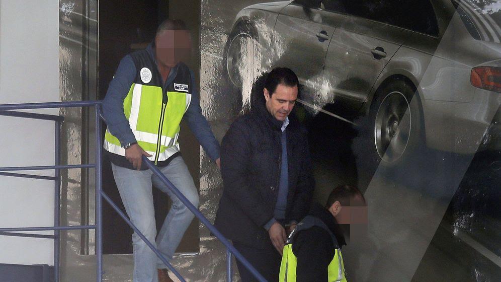 Foto: Miguel López (c), yerno de la viuda del expresidente de la CAM Vicente Sala, detenido como presunto autor del crimen. (EFE)