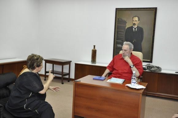 Fidel responde preguntas de la directora del diario La Jornada, de México, Carmen Lira Saade. Foto: Estudios Revolución