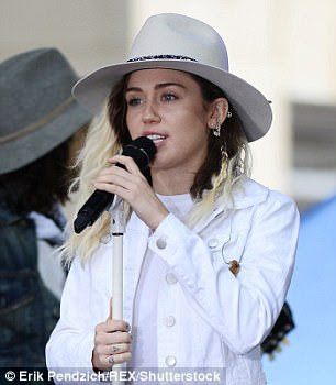 """Estrela: depois de seu set, os colegas de cartas Katy Perry (L) e Miley Cyrus (R) também levariam para o palco, para ajudar a arrecadar dinheiro para o """"We Love Manchester Emergency Fund"""""""