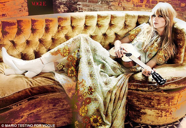Ela está em voga: Taylor Swift parece impressionante em branco botas de salto alto e um vestido longo verde e amarelo girassol na nova edição da revista Vogue