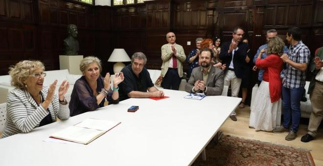 Manuela Carmena en la firma del acuerdo sobre la clasificación y ordenación del personal laboral del Ayuntamiento de Madrid y sus organismos autonómicos. DIARIO DE MADRID