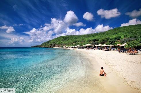 curacao-island-paradise-white-sand-beach-crystal-clear-blue-water