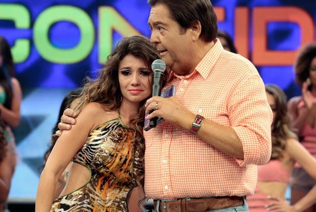 Paula Fernandes é consolada pelo Faustão no Arquivo Confidencial (Foto: Felipe Monteiro / TV Globo)