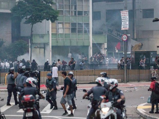Bombas de gás lacrimogênio são atiradas contra manifestantes durante ato contra o aumento da tarifa de ônibus em São Paulo (Foto: Marcelo Brandt/G1)