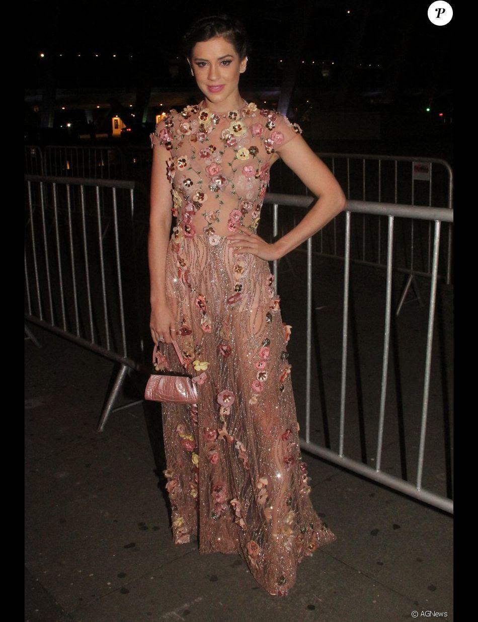 Sophia Abrahão deixa hot pant e sutiã à mostra com look transparente em premiação, na noite desta terça-feira, 29 de novembro de 2016