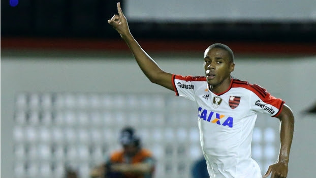 Marcelo comemora seu gol na partida entre Flamengo e Vitória, no Barradão