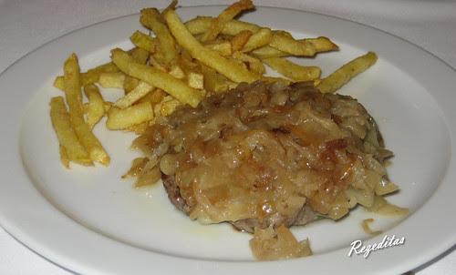Hamburguesa casera de ternera gallega hecha al momento con cebolla caramelizada y queso