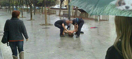El hombre herido en Sant Carles de la Ràpita recibe los primeros auxilios.