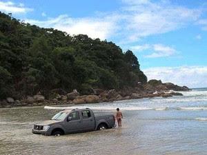 Carro é engolido pelo mar em praia em Ubatuba (Foto: Maverick Viana/Arquivo Pessoal)