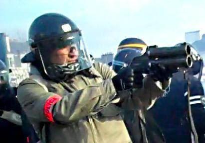 Un policier en civil tire au Flashball lors de la manifestation du 22 février 2014, à Nantes.