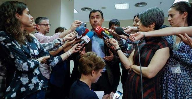 Fernando Martínez-Maillo atiende a los medios en el Congreso.   EFE
