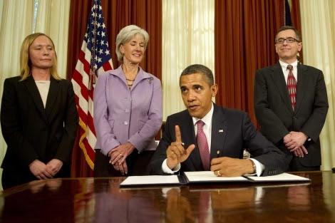 Obama, en el momento de firmar la orden.| Afp